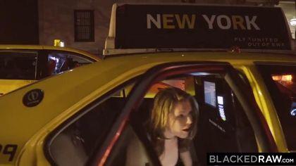 Грудастая блондинка страстно сосет огромный черный член #1