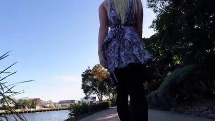 Сексуальная блондинка в чулках устроила мастурбацию на природе #4