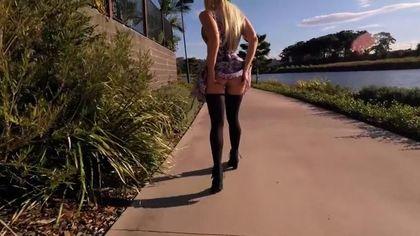 Сексуальная блондинка в чулках устроила мастурбацию на природе #7