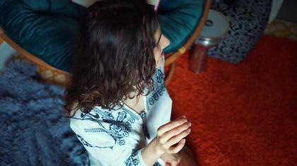 Кудрявая цыпочка отлично работает руками и ртом, отсасывая член #6
