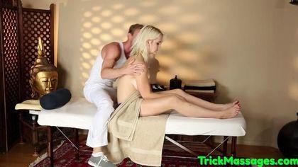 Блондинка реально кайфует от страстного массажа накаченного мужика #6