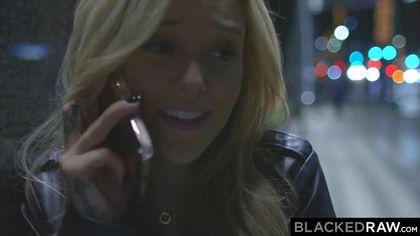 Блондинка соблазнительно встала раком, чтобы принять член негра #1