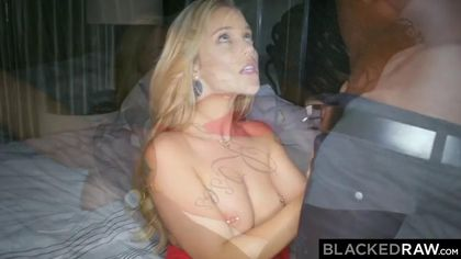 Блондинка соблазнительно встала раком, чтобы принять член негра #3