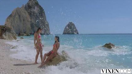 Три подруги на пляже массируют дырками гигантский хуй спасателя #1