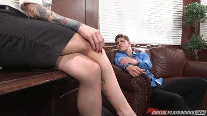 Парень на работе отымел без гондона стройную начальницу в тату #1
