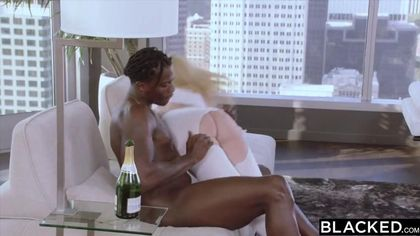 Блондинка выпила шампанского с негром и начала давиться его елдой #7