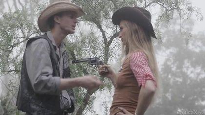 Девушка-шериф в лесу арестовала ковбоя и потрахалась на бревне в пизденку #1