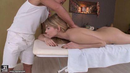 Блонда на массаже отдалась в горло и промежность зрелому мастеру #3