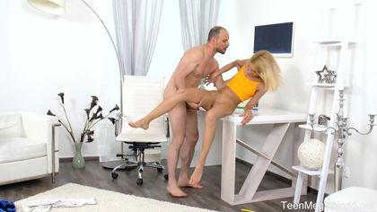 Бородатый мужик в полосатой кофте выебал раком блонду в желтой майке #7
