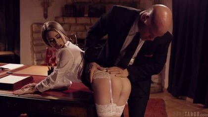 Начальник задержал секретаршу на шпилях и в чулках в кабинете, чтобы раком выебать на столе #2