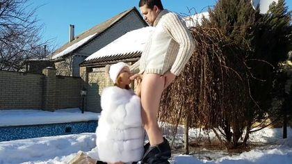 Туристы на снегу ебутся в ротик и писюлю в кофте и шубе и кончают #1