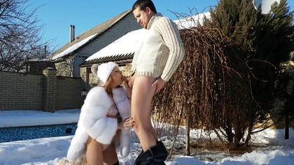 Туристы на снегу ебутся в ротик и писюлю в кофте и шубе и кончают #2