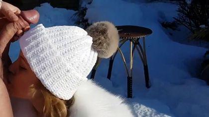 Туристы на снегу ебутся в ротик и писюлю в кофте и шубе и кончают #5