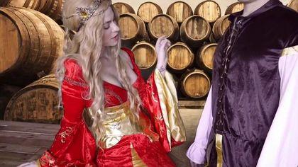 Герцог в винном погребе выебал на деревянном столе графиню в красном платье во влагалище #1