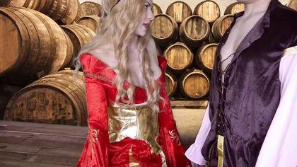Герцог в винном погребе выебал на деревянном столе графиню в красном платье во влагалище #2