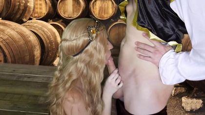 Герцог в винном погребе выебал на деревянном столе графиню в красном платье во влагалище #6