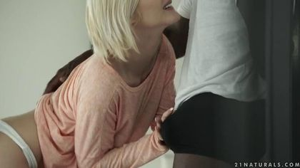 Негр в белой футболке натянул писю блонды жестко на хер #2