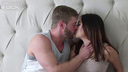 Бородатый слесарь в кровати имеет до спермы писюлю нежной девушки #1