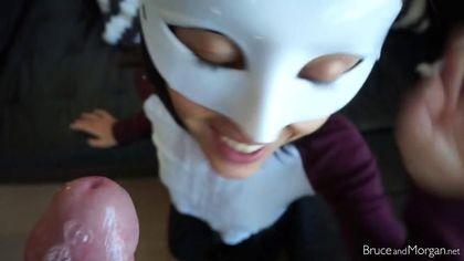 Красотка в белой маске задрала черную юбку и подолбилась в писечку #7