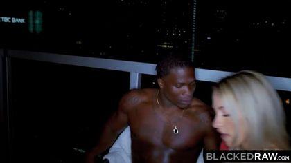 Блондинка развлекается со своим темнокожим любовником и сосет его член #5