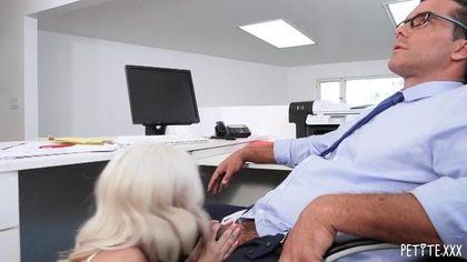 Юристка принимает толстый член зрелого директора во всех дырочках #2