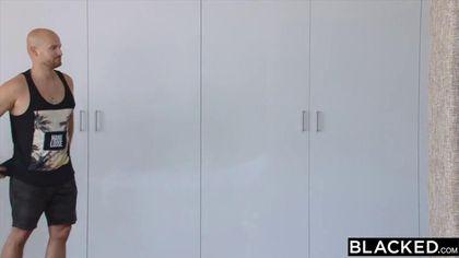Белая после бассейна ебется с двумя чернокожими садовниками с длинными елдаками #4