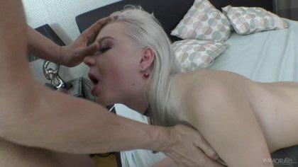 Блондинка с круглыми сиськами прыгает сверху на большом члене #7