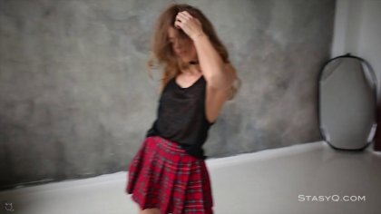 Студентка в короткой юбке танцует чувственный стриптиз для препода #1