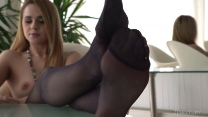 Деваха в чулках дрочит большой член ногами перед жестким сексом #1
