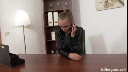 Босс поимел жену и темнокожую секретаршу на столе #1