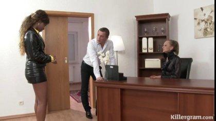Босс поимел жену и темнокожую секретаршу на столе #2