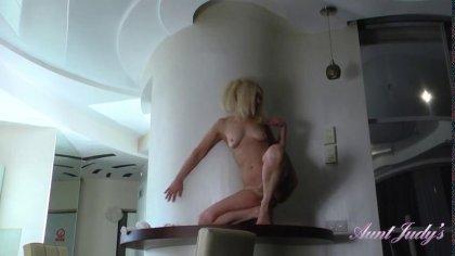 Длинноногая домохозяйка прыгает на резиновом член на кухонном столе #6