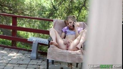 Милашка отсосала в саду и согласилась трахнуться на большой кровати #2