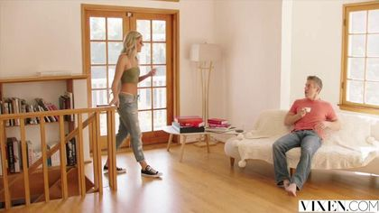 Блондинка с упругой задницей соблазнила чужого мужика и впустила его член в киску #3