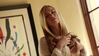 Блондинка оголила аппетитную задницу, чтобы немного побаловать свои щелки #2