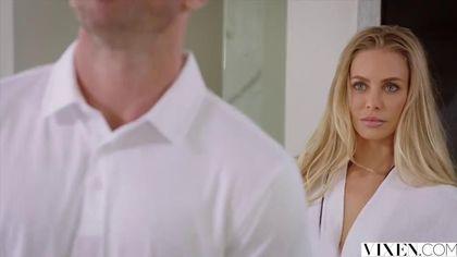 Возбужденная блондинка отблагодарила массажиста жарким минетом #2