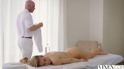 Возбужденная блондинка отблагодарила массажиста жарким минетом #4
