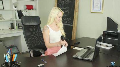 Блондинка отвлекается от работы, чтобы немного подрочить свой клитор #1