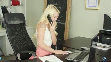 Блондинка отвлекается от работы, чтобы немного подрочить свой клитор #2