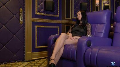 Красотка на ярком кресле устроила жаркую мастурбацию и кончила от кайфа #1