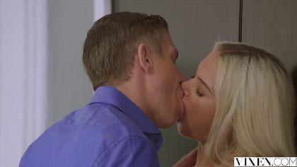 Телка обожает пиццу и страстный оральный секс со своим парнем #3