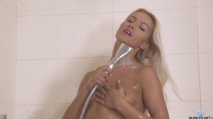 Блондинка принимала душ и кончила от жаркой мастурбации #2