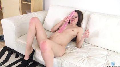 Огромным розовым самотыком телка разрабатывает свои щелки #8
