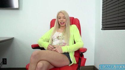 Блондинка отвлекла коллегу по работе страстным минетом #3