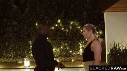 Негр устроил приват-вечеринку с жопастой блондинкой у бассейна #2