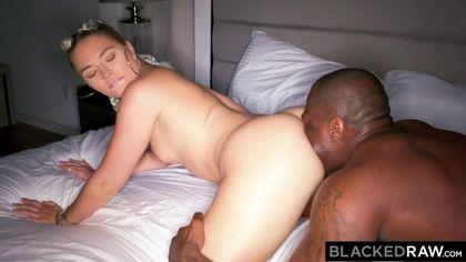 Негр устроил приват-вечеринку с жопастой блондинкой у бассейна #5