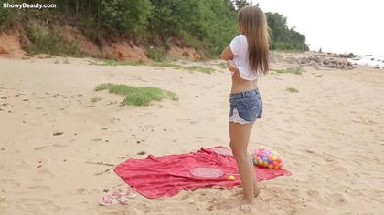 Девка решила поиграть со своим клитором на диком пляже #1