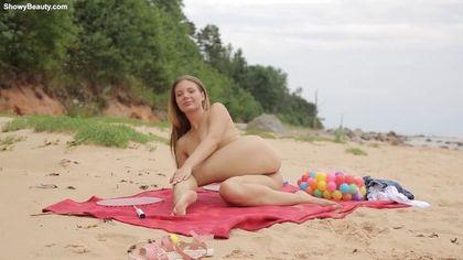 Девка решила поиграть со своим клитором на диком пляже #10