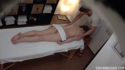 Массажист умело возбудил девку и помял ее маленькие дойки #2
