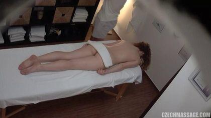 Массажист умело возбудил девку и помял ее маленькие дойки #3